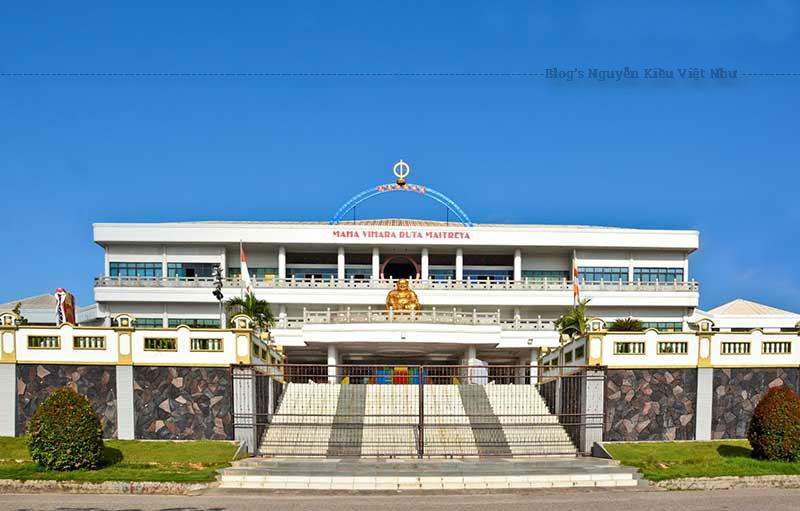 Chùa Di Lạc Maha Vihara Duta nằm trong khu vực Sei Pansa, là ngôi chùa có nhiều tượng Phật nhất thuộc đảo Batam, đồng thời là ngôi chùa lớn nhất Đông Nam Á thu hút các tour hành hương Phật giáo đến Indonesia.