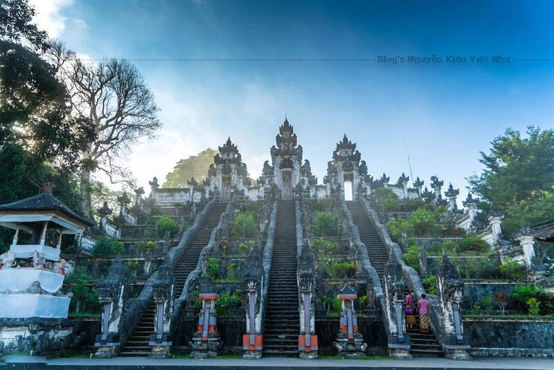 Trong số các ngôi đền ở Bali thì đền Pura Lempuyang nằm trên núi Lempuyang ở hướng Đông Bali là ấn tượng nhất.