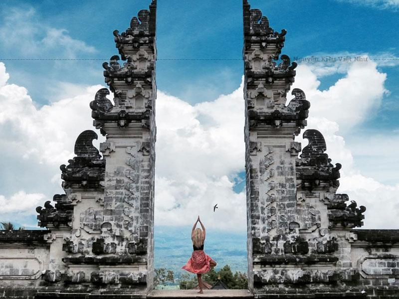 Ngôi đền cách trung tâm Ubud khoảng 90km và là một trong chín ngôi đền chính cổ nhất còn sót lại trên núi cao, đậm nét văn hóa tôn giáo đặc trưng của đất nước vạn đảo.