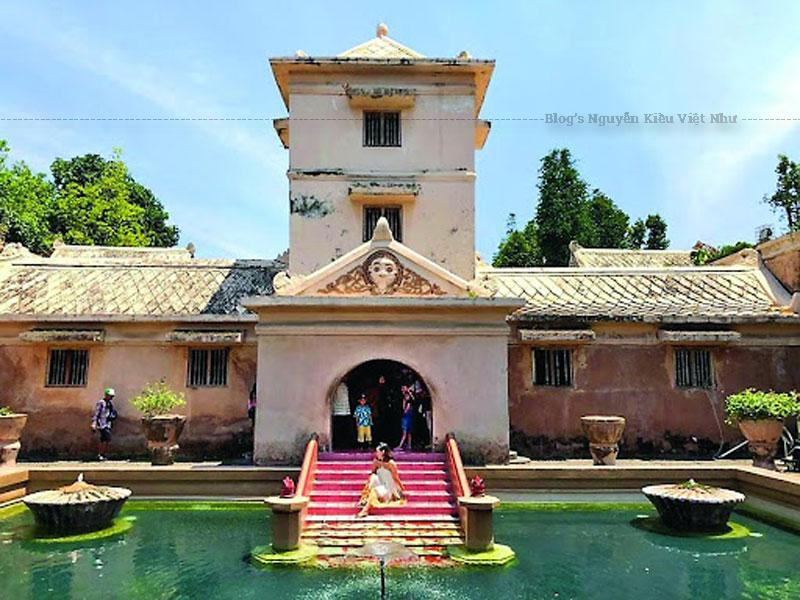 Lâu đài Taman Sari là một khu vườn Hoàng gia được xây dựng vào giữa thế kỉ 18 của vương quốc Hồi giáo Yogyakarta.