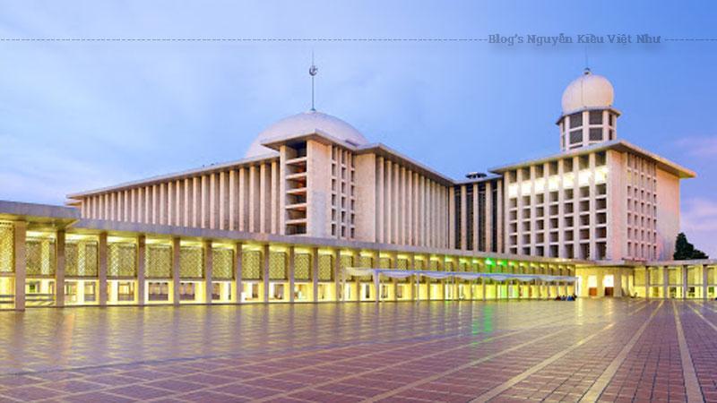Đến năm 1955, PPMI đã phát động cuộc thi thiết kế ngôi đại thánh đường với giải thưởng tiền mặt 75.000 RP cùng 75 gram vàng. Hội đồng giám khảo ngoài Tổng thống Soekarno còn có những Giáo sư danh tiếng như Ir. Rooseno, Ir. H. Djuanda, Ir. Suwardi, Hamka, H. Abubakar Aceh, Oemar Hussein Amin.