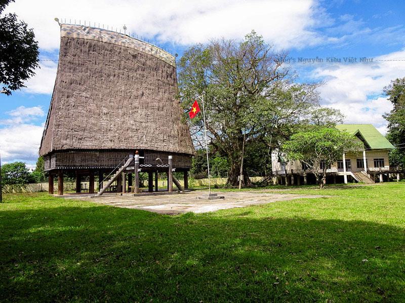 Nằm trong làng Kon Klor, nhà rông đã gây ấn tượng cho du khách khi được bao phủ một màu xanh ngút ngàn của những hàng me được trồng dọc khắp đường đi, đến bãi mía, vườn rau.