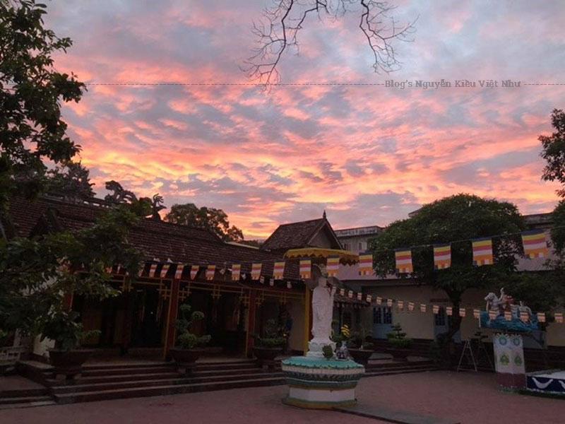 Tổng thế kiến trúc Kon Tum củangôi chùa được xây dựng theo hướng Bắc Nam, hình dáng kiểu chữ Môn, bước vào đầu tiên bạn sẽ thấy cổng Tam quan án ngự, đi thẳng là đến nhà Chánh điện ở giữa trung tâm cùng hai bên tả hữu là Đông Lang và Tây Lang.