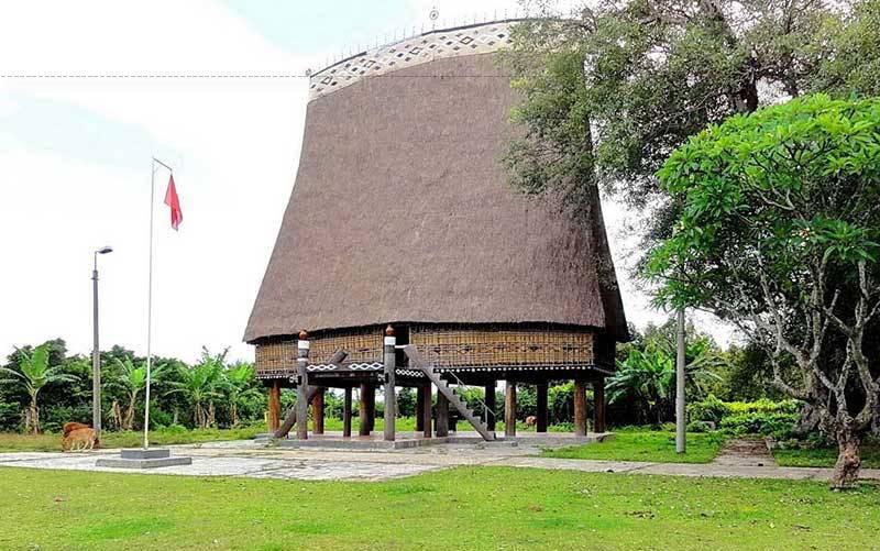 Những nghệ nhân làng Kon Klor họ đã phối hợp nhịp nhàng, ăn ý với nhau để giữ gìn được nét đặc trưng của nhà rông Kon Tum.
