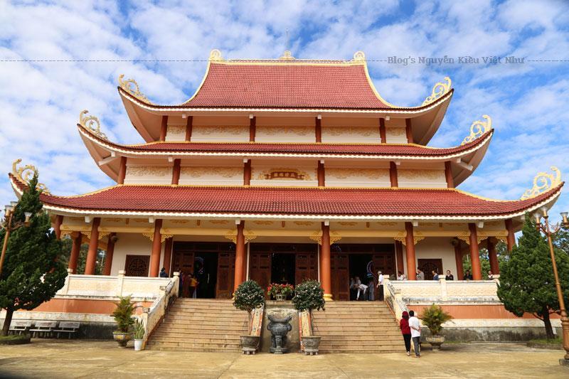 Chùa Khánh Lâm được xây dựng trong diện tích quy hoạch được giao 10 ha, trên một ngọn đồi nguyên sinh, cao trên 1.200m so với mực nước biển.