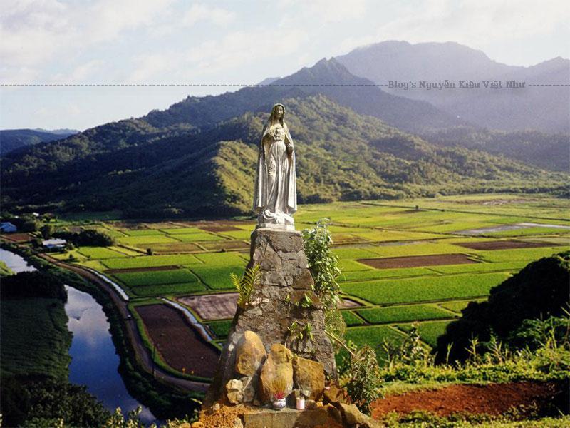 Tượng Đức Mẹ Măng Đen được làm bằng bê tông cốt thép, cao khoảng 1 mét.
