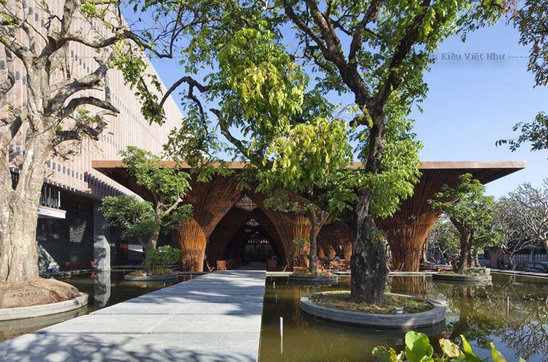 Kiến trúc sư Võ Trọng Nghĩa thiết kế nhà hàng mà không có bất kỳ bức tường, cho phép xem không bị gián đoạn trên hồ cạn nước xung quanh, và xa hơn về phía sông lân cận và vùng núi xa xa.