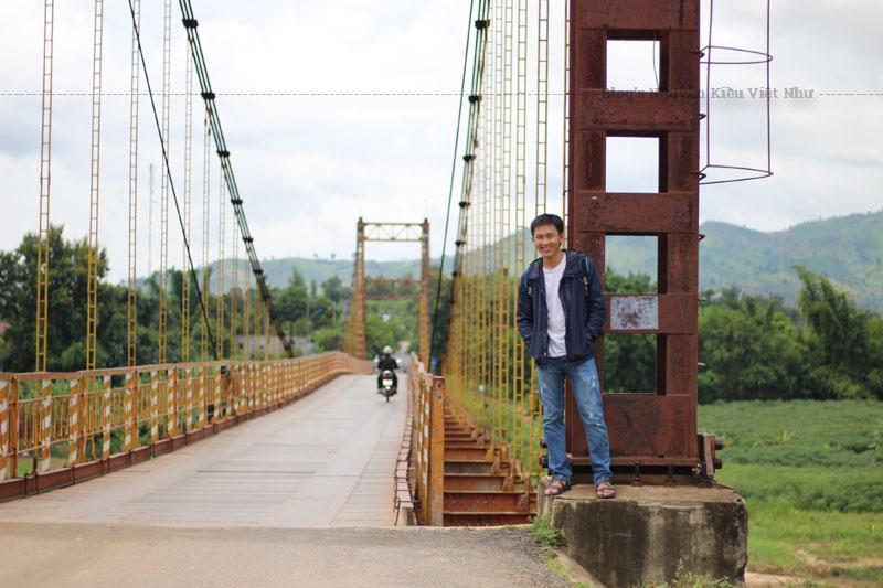 Cầu nằm ở phía đông thành phố Kon Tum, nối liền phường Thắng Lợi và xã Đăk Rơ Wa.