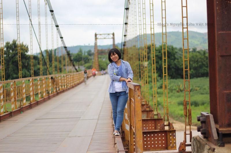 Cầu treo Kon Klor có chiều dài 292 m, chiều rộng 4,5 m. Cầu có màu vàng cam nổi bật, tạo thành điểm nhấn trên dòng sông Đăk Bla.