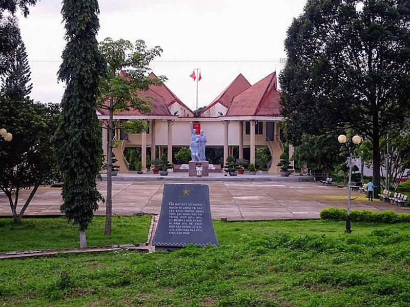 Nhà Ngục Kon Tum còn có tên gọi khác là nhà đày Kon Tum. Bên cạnh đó nó còn có nhiều tên gọi khác nhau như: Lao sắt, lao kẽm, lao cầu mới (lao mới) thường được gọi là lao ngoài. Còn lao cũ trong thị xã (nhà Lao ở tỉnh Kon Tum, Prison de Kon Tum) thì thường gọi là Lao trong.