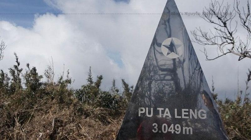"""Nằm trong dãy Hoàng Liên Sơn thuộc xã Tả Lèng, huyện Phong Thổ, tỉnh Lai Châu, Pu Ta Leng theo tiếng H'Mông gọi là Pú Tả Lèng, với chữ """"Pú"""" nghĩa là núi."""