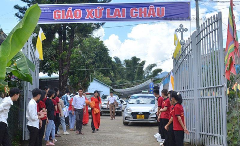 Tham dự Thánh lễ có quý Thầy, quý Dì, đại diện các giáo xứ cha Phêrô Huấn coi sóc và 700 giáo dân trong các giáo họ thuộc tỉnh Lai Châu.