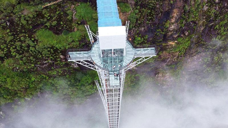 Cầu kính Rồng Mây có thiết kế mở, hoàn toàn thoáng đãng. Nhờ vậy mà du khách có thể chiêm ngưỡng cảnh đẹp 4 phương. Lúc nào những làn gió từ trên cao cũng phả vào người tạo cảm giác ngập tràn sức sống.