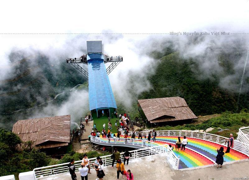 Cầu kính rồng mây Lai Châu là nơi thích hợp cho du khách trả nghiệm du lịch ngắm cảnh, du lịch sinh thái, du lịch nghỉ dưỡng, du lịch mạo hiểm với những trò chơi hấp dẫn như nhảy Bungee, trượt Zipling, nhảy dù, khinh khí cầu, vòng xoay mặt trời.