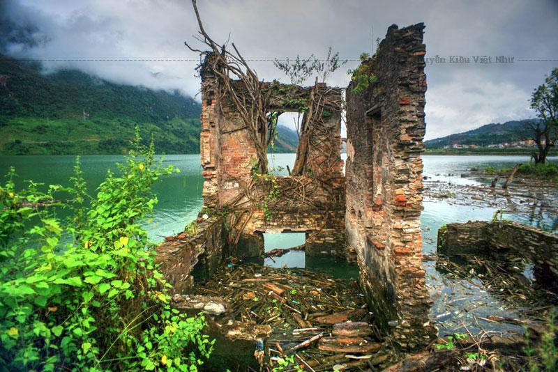 Năm 1954, sau chiến thắng Điện Biên Phủ, Đèo Văn Long cùng gia đình sống lưu vong ở Pháp. Dinh thự của Đèo Văn Long bị bỏ trống, dần dần bị xuống cấp trầm trọng.