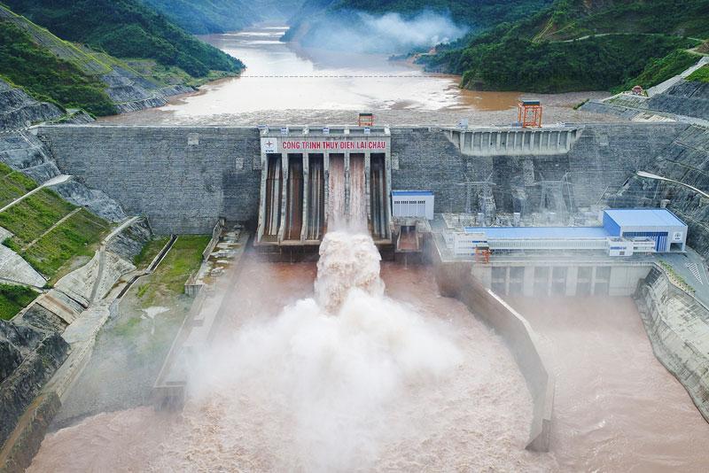Thủy điện Lai Châu (huyện Mường Tè - Lai Châu)Hiện tại là Huyện Nậm Nhùn - Lai Châu, có thiết kế dự kiến mực nước dâng bình thường 295 m, mức nước chết 270 m, công suất lắp máy 1.200 MW với 3 tổ máy.