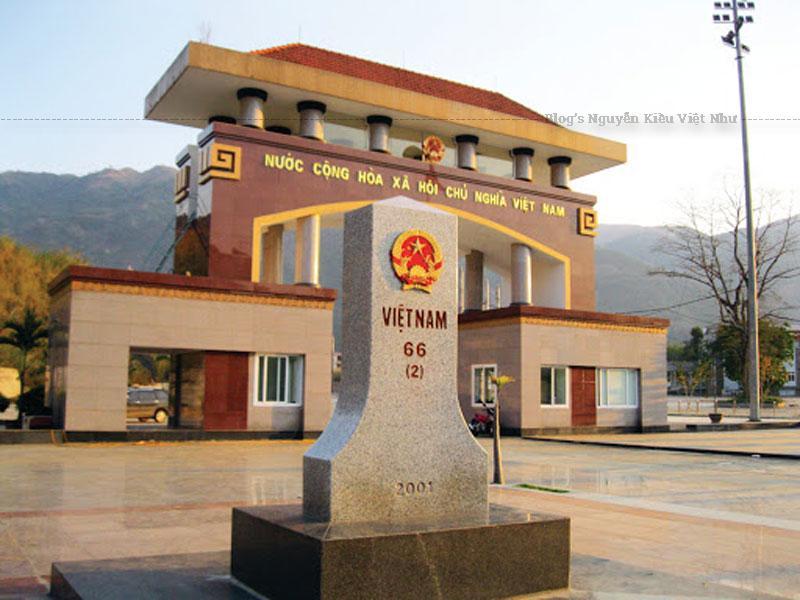 Cửa khẩu Ma Lù Thàng thông thương với cửa khẩu Kim Thủy Hà ở xã Na Phà huyện Kim Bình tỉnh Vân Nam, Trung Quốc.