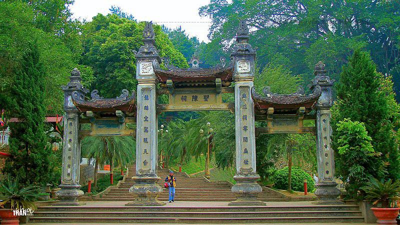 Khu vực đền Thượng có cảnh quan thiên nhiên sơn thủy hữu tình cùng sự kết hợp hài hòa giữa kiến trúc Lào Cai truyền thống với nét văn hóa bản địa, tạo cho ngôi đền mang dáng vẻ uy nghi lộng lẫy.