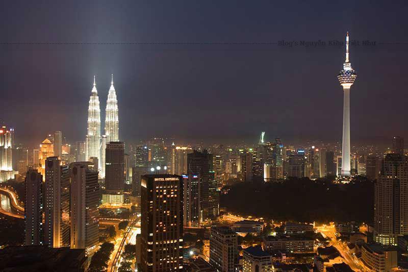 Ở Malaysia, Menara KL được xem là một trong những cấu trúc đứng tự do cao nhất thế giới, đóng vai trò chủ yếu là nhà hàng xoay, Atmosphere 360. Còn gì tuyệt vời hơn khi vừa thưởng thức bữa ăn hoặc thưởng thức trà cao vừa ngắm nhìn trung tâm thành phố.