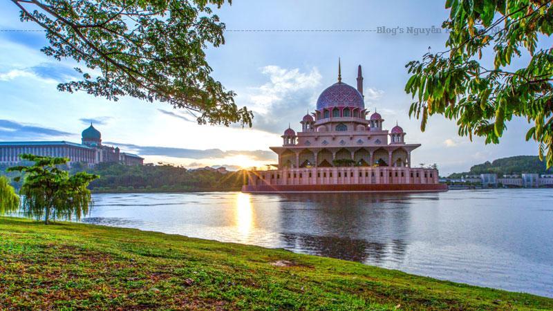 Thánh đường Hồi giáo Putra là một trong những điểm nhấn kiến trúc đặc sắc của Putrajaya và cũng là thánh đường chính ở thành phố mới.