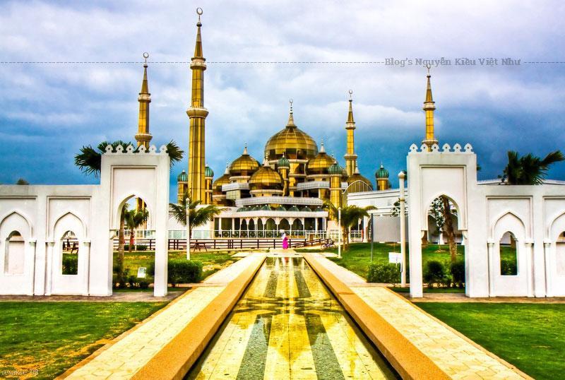 Nằm tại Islamic Heritage Park (Công viên Di sản Hồi giáo) trên đảo Wan Man, giống như tên gọi của mình, bên ngoài của thánh đường Hồi giáo này được bao phủ bởi ba vật liệu chính là thép, kính trong suốt và pha lê, ánh sáng từ bên trong sẽ làm thánh đường như đang tự phát sáng.
