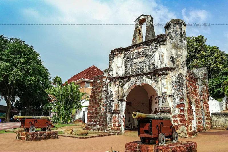 Pháo đài A'famosa bao gồm thành lũy dài và bốn tháp lớn. Bốn ngôi tháp đều có người canh giữ, trong khi những người khác đã tổ chức một phòng lưu trữ đạn dược, sắp xếp nơi cư trú của thuyền trưởng, và một sĩ quan quý và nơi ở của người dân.