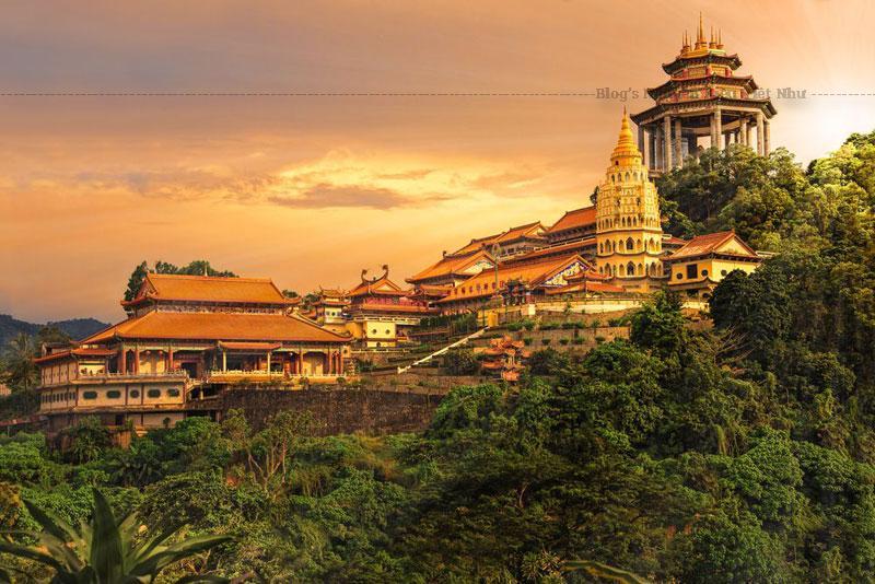 Có hai hình thức để khách du lịch Malaysia di chuyển lên đến đỉnh núi, một là dùng thang máy và trả khoảng phí nhỏ hai là đi bộ rèn luyện sức khỏe.
