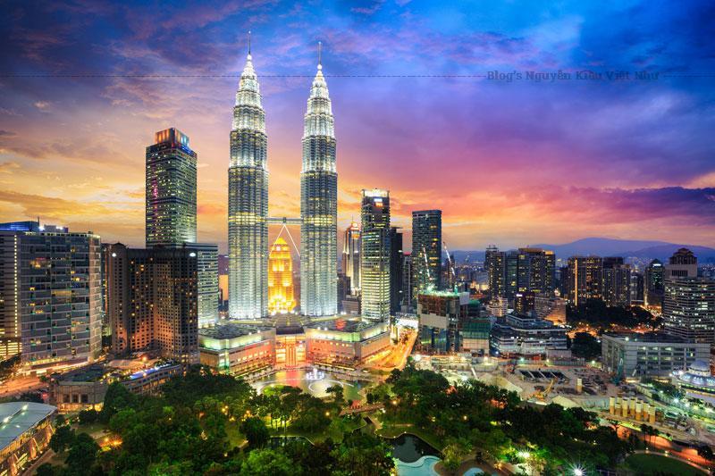 Tháp Petronas được xây dựng theo thiết kế của César Pelli – kiến trúc sư nổi tiếng với những thiết kế cho các tòa nhà cao nhất thế giới, mang quốc tịch Argentina.