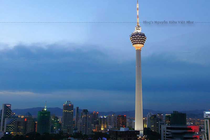 Với chiều cao 421 m, KL là tháp truyền hình cao nhất thế giới.