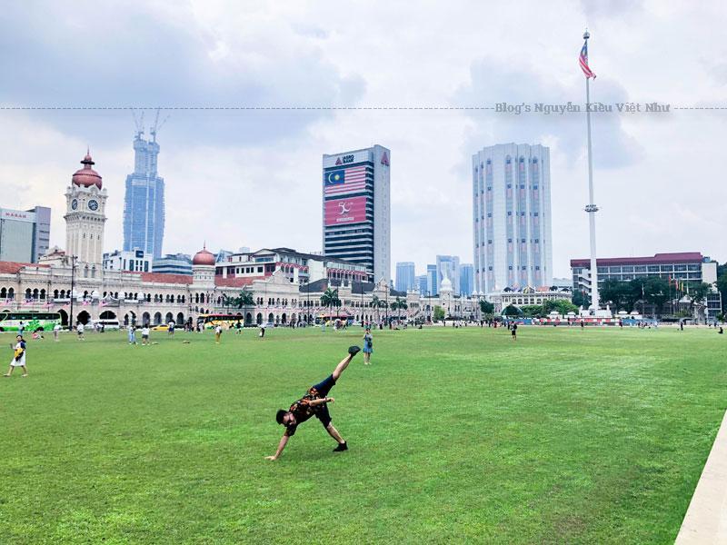 Quảng trường Độc lập nằm đối diện tòa nhà Sultan Abdul Samad có diện tích khoảng 8,2 ha.