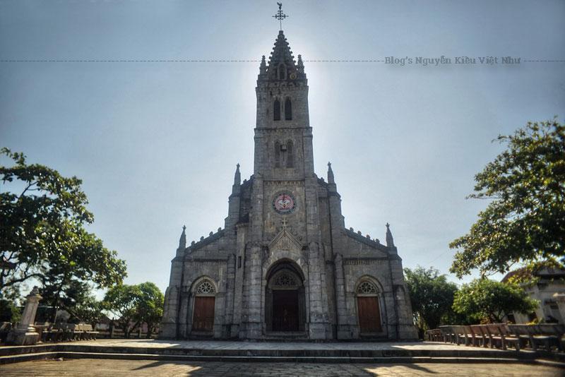 Nhà thờ được kiến trúc theo kiểu Gô-tich, lấy mẫu từ nhà thờ Luôcxơ (Pháp) được kiến trúc và xây dựng đồ sộ.