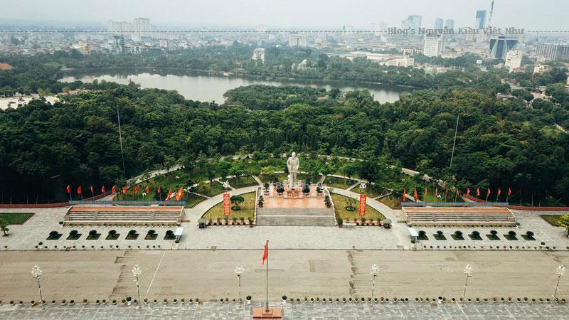 Phía trước sân Hành lễ là sân bán nguyệt. Giữa sân Bán nguyệt là hồ Elip có đài phun nước nhạc màu, một công trình hiện đại được lắp đặt theo công nghệ ở Anh và Singapo.