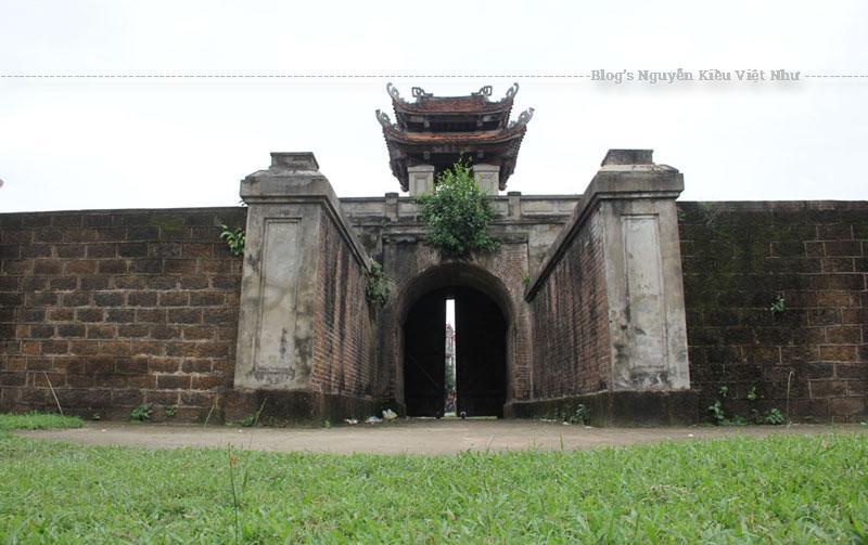 Cổng Hữu Môn nằm ở phường Đội Cung, cách hai cổng Tiền và Tả nửa cây số. Cửa thành nằm trên trục đường Đào Tấn và được vận dụng làm một làn đường để người tham gia giao thông qua lại.