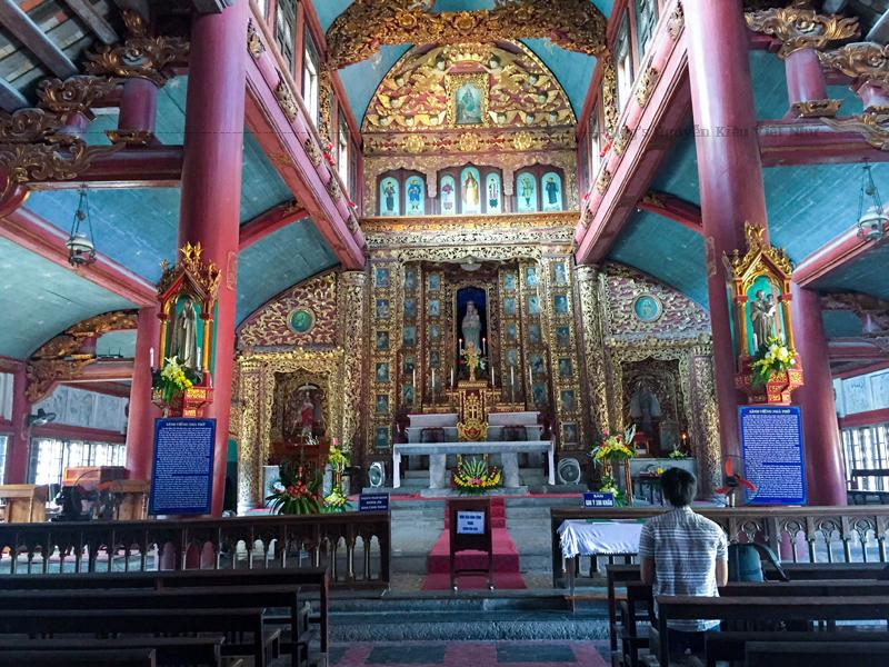 Gian thượng của thánh đường có một bàn thờ lớn làm bằng một phiến đá nguyên khối dài 3m, rộng 0,9m, cao 0,8m, nặng khoảng 20 tấn. M