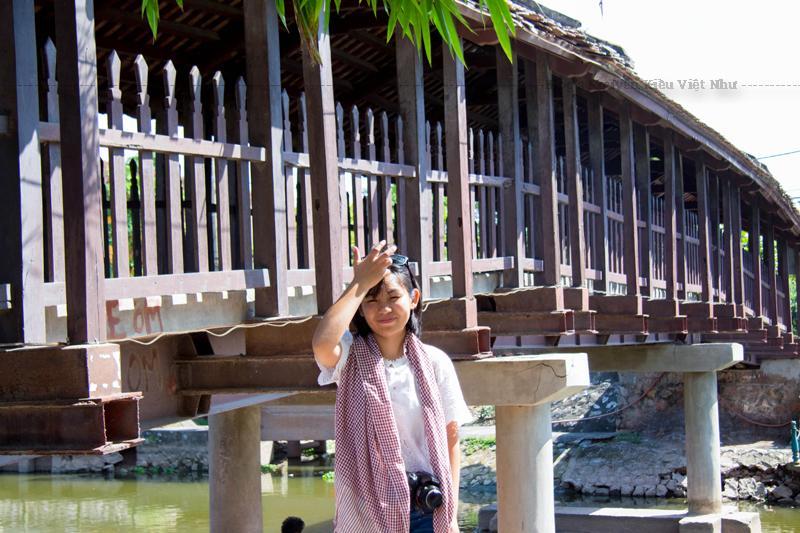 Cây cầu ngói có kiến trúc cổ xưa được làm hoàn toàn bằng gỗ, bên trên lợp ngói…