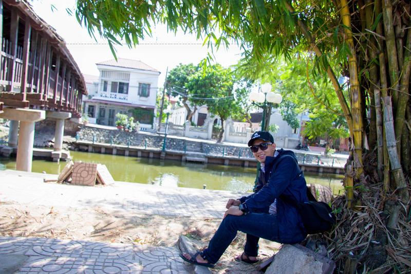 """Ông Nguyễn Thanh Tùng (70 tuổi) một người dân ở thị trấn Phát Diệm sống gần cây cầu chia sẻ: """"Khi tôi sinh ra và lớn lên thì đã thấy có cây cầu này rồi. Cầu đã hơn 100 năm tuổi, quá quen thuộc với người dân chúng tôi nhưng mỗi khi đi qua mọi người ai cũng rất thích và tự hào. Khi còn nhỏ, có ngày tôi đi qua cầu đến cả chục lần. Vào những buổi trưa hay buổi tối mùa hè, từ người già, thanh niên đến trẻ con ở đây đều ra cầu chơi, hóng mát. Cây cầu như là điểm hẹn của người dân Phát Diệm chúng tôi vậy""""."""