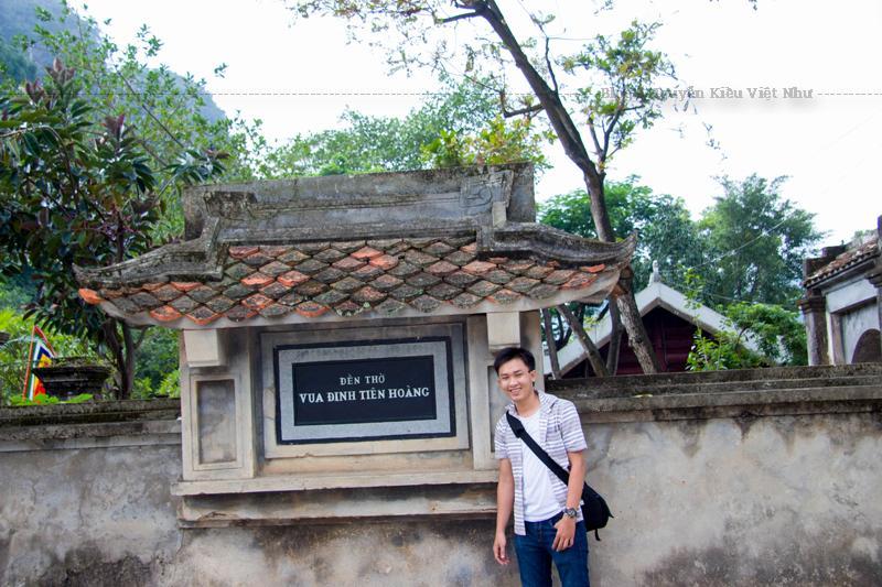 Đền vua Đinh được xây dựng theo kiểu đăng đối trên trục thần đạo. Bắt đầu từ hồ bán nguyệt và kết thúc ở Chính cung.