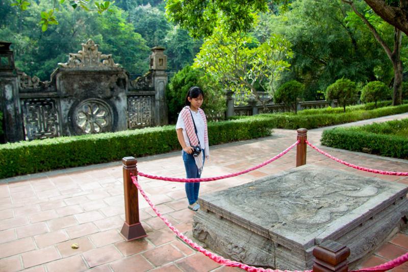 Vua Lê được xây dựng theo lối kiến trúc tổng thể giống với đền Vua Đinh, ngay cả cách bài trí cũng tương tự. Bên trái tượng Lê Đại Hành là Thái hậu Dương Vân Nga, bà là nhân vật đặc biệt trong lịch sử phong kiến Việt Nam khi là hoàng hậu của hai đời vua Đinh Tiên Hoàng và Lê Đại Hành.