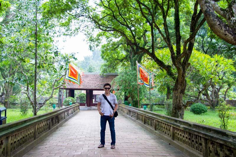 Trước mặt đền là núi Mã Yên có hình dáng giống cái yên ngựa, trên núi có lăng mộ vua Đinh Tiên Hoàng. Để lên được lăng mộ, du khách leo qua 265 bậc thang bằng đá.