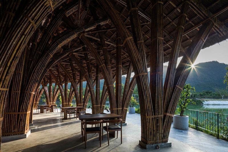 Nhà hàng với không gian thiết kế mở, cung cấp các không gian trong nhà, bán ngoài trời và ngoài trời đem lại các trải nghiệm khác nhau cho thực khách.