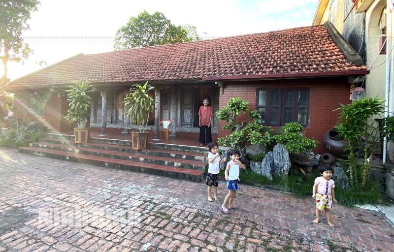 Ngôi nhà xây được gần 10 năm nay theo kiến trúc nhà cổ của gia đình anh Phan Văn Phú, xóm Vinh Ngoại, xã Thượng Kiệm đã tạo nên nét đẹp văn hóa truyền thống giữa cuộc sống hiện đại. Anh Phú chia sẻ: Gia đình tôi 5 đời nay sống trong ngôi nhà mái ngói đỏ.