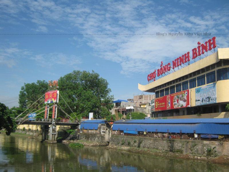 Chợ Rồng Ninh Bình cung cấp lương thực - thực phẩm tươi sống được bố trí trong đình, là căn nhà 1 tầng khang trang kết cấu mái thép tôn. Chợ là nơi buôn bán thịt và lương thực tươi sống.