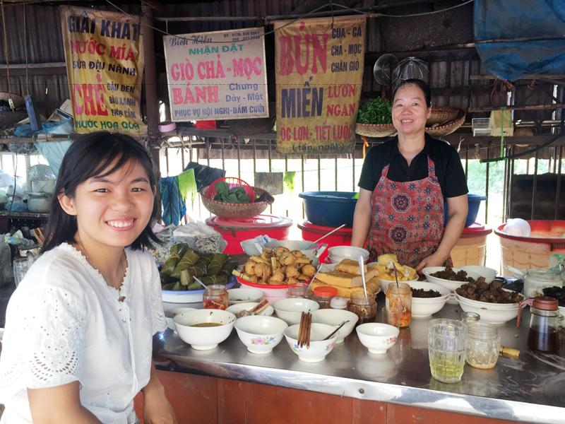 Vào thăm chợ và thưởng thức những món ăn ngon có thể phần nào hiểu được đời sống, văn hóa xã hội của vùng đất này.