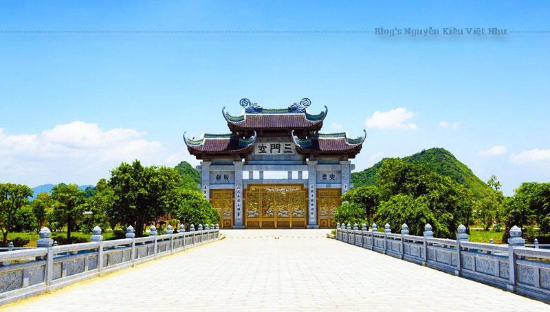 Chùa Bái Đính cổ (Bái Đính cổ tự) nằm cách điện Tam Thế của khu chùa mới khoảng 800 m về phía nam.