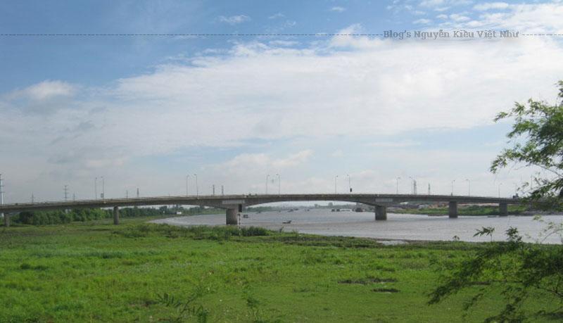Gần cầu Non Nước khoảng 400m có một cây cầu đường sắt, xưa được gọi là cầu Non Nước, nay các bản đồ ghi là cầu Ninh Bình.
