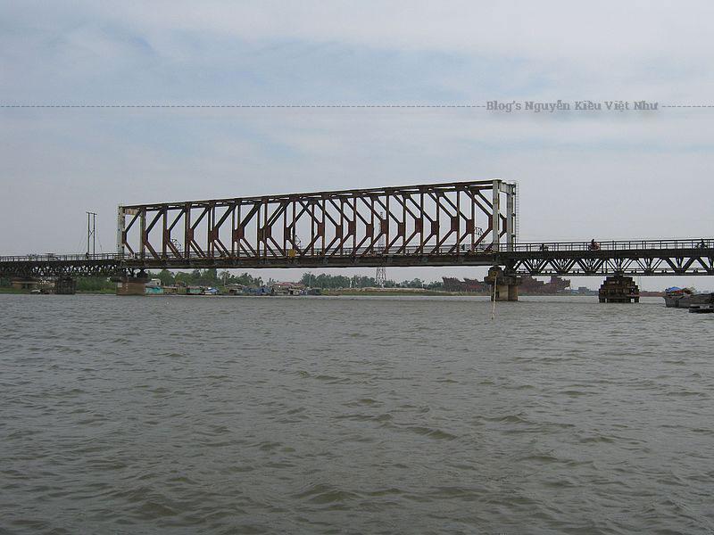 Cầu Non Nước và cầu Ninh Bình cùng nằm ngay gần 2 bên chân núi Non Nước.