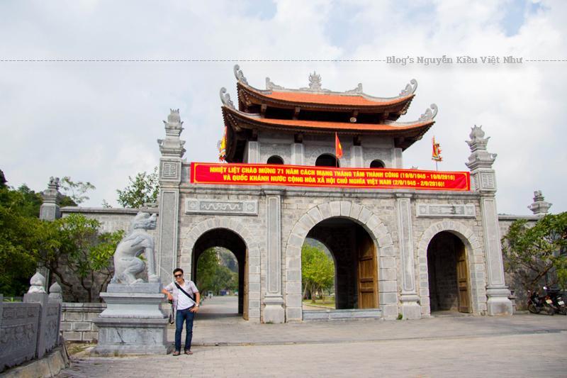 Hệ thống di tích ở Hoa Lư liên quan đến sự nghiệp của các nhân vật lịch sử thuộc ba triều đại nhà Đinh, nhà Tiền Lê và khởi đầu nhà Lý, tính từ Đinh Tiên Hoàng đến Lý Thái Tông trong lịch sử.