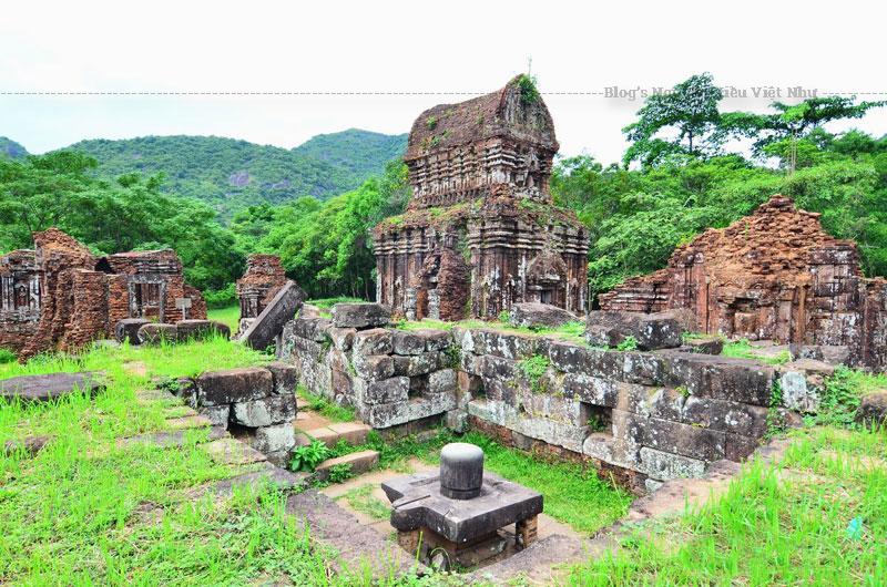 Mặc dù chịu ảnh hưởng lớn từ Ấn Độ giáo, song biểu tượng của Phật giáo cũng tìm thấy ở Mỹ Sơn, vì đạo Phật Đại Thừa (Mahayana) đã trở thành tín ngưỡng chính của người Chăm vào thế kỷ X. (Một số đền đài đã được xây dựng trong thời gian này, tuy nhiên vào thế kỷ XVII nhiều tòa tháp ở Mỹ Sơn đã được tu sửa và xây dựng thêm) thông tin này không chính xác.