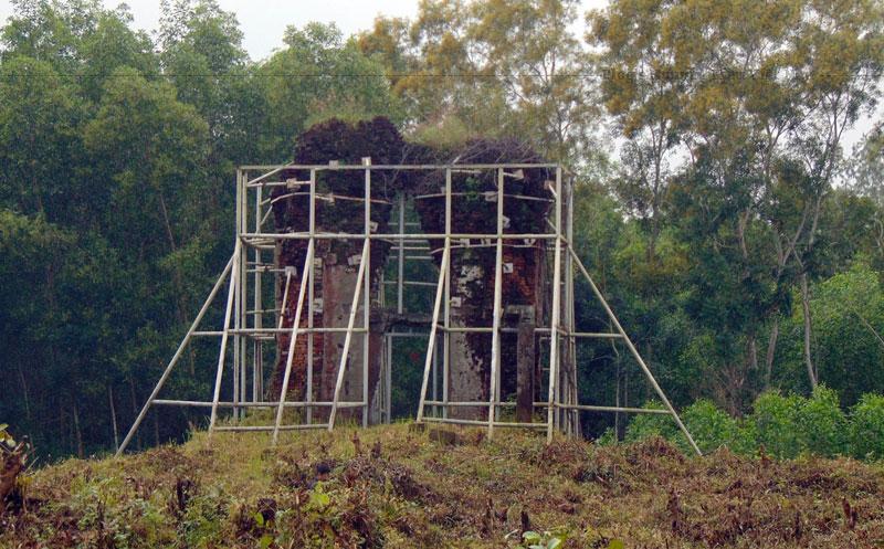 Tháp Đồng Dương được xây dựng vào thế kỷ 9, trong thời kỳ Phong cách Đồng Dương của Chăm Pa, đây cũng là thời kỳ Phật giáo ảnh hưởng mạnh đến Chăm Pa.