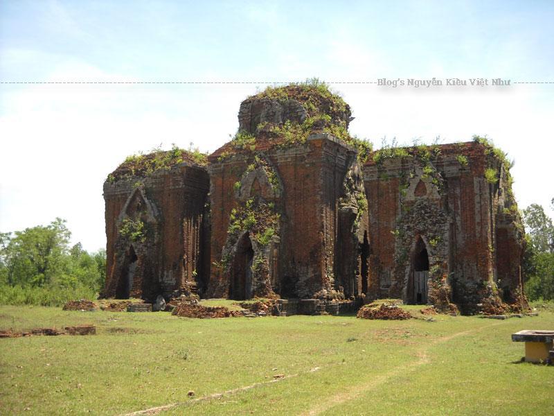 Được xây dựng vào cuối thế kỷ X – đầu thế kỉ XI, tháp cổ Chiên Đàn nay không giữ được cấu trúc nguyên vẹn.